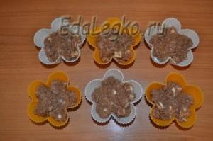 тесто в формочках для шоколадного маффина