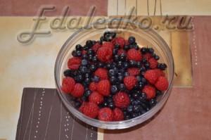 Творожный десерт - малина и черника