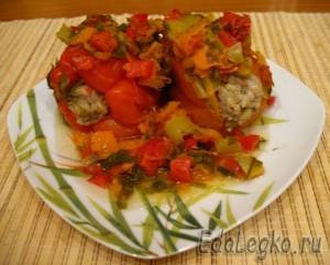 порция тушеного перца под овощным рагу