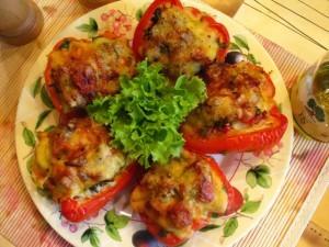 перец фаршированный мясом - на тарелке