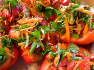 перец фаршированный мясом - с овощной посыпкой