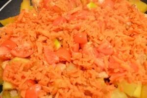 кабачки с курицей - морковь и томаты