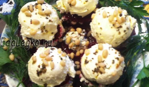 Салат из вареной свеклы — с творожным сыром и кедровыми орешками