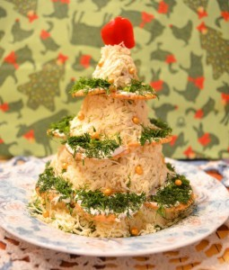 салат елка - курица орехи сыр - украшенная