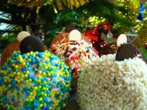 сладкий десерт - праздничный новогодний стол - шарики близко