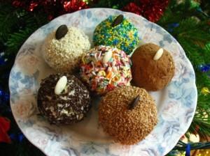 сладкий десерт - праздничный новогодний стол - шарики много