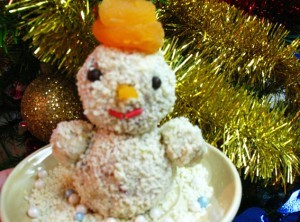 сладкий десерт - праздничный новогодний стол - снеговик