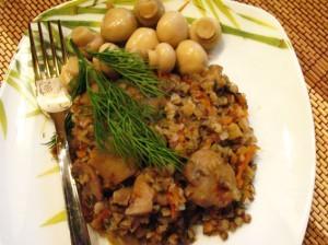 гречка с грибами - на тарелке