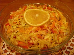 салат из моркови и яблок - готово