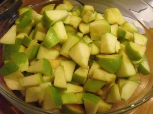 простая шарлотка - кусочки яблок