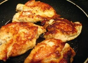 куриная грудка в соусе - обжаривание