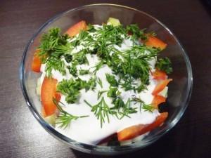 салат с сухариками и сыром - готово