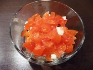 салат с сухариками и сыром - помидоры