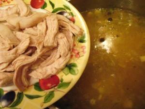 вкусный куриный суп - кусочки курицы