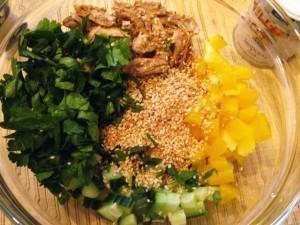 салат с кунжутом - зелень+кунжут