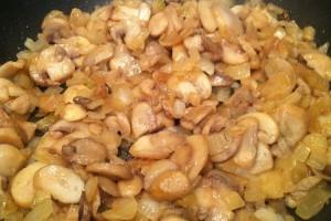 Свекольный суп - лук и грибы
