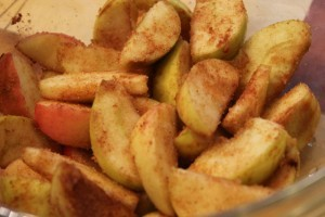творожная запеканка с яблоками - яблоки в специях