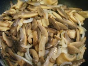 Салат из фасоли с грибами - грибы с луком