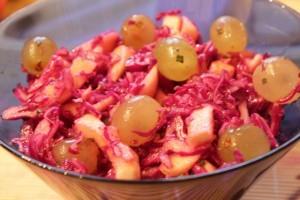 салат из краснокочанной капусты - готово