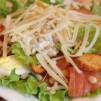 салат цезарь с семгой - готово
