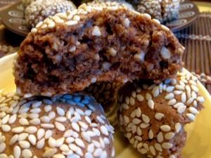 печенье с кунжутом - в разломе