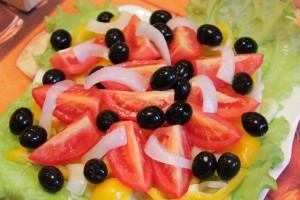 Как приготовить греческий салат - овощи и оливки