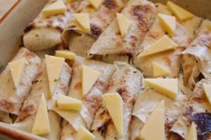 рулеты из лаваша в духовке - соус и сыр