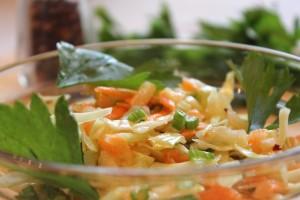 салат с сельдереем и яблоком - порция