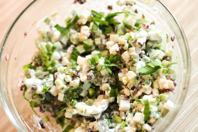 салат из черемши с яйцом - готово