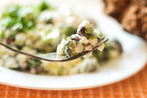 салат из черемши с яйцом - на вилке