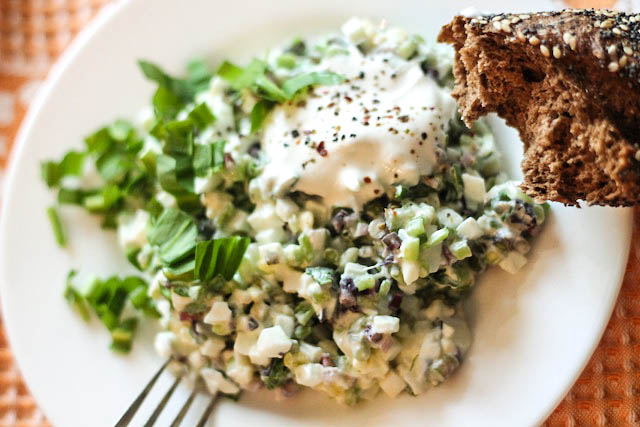 салат из черемши с яйцом - порция