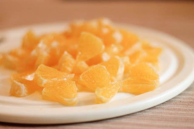 как заморозить жимолость - кусочки апельсина