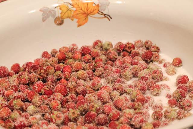 варенье из лесной клубники с плодоножками - ягоды с сахаром
