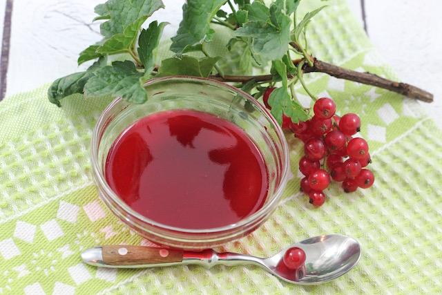 Желе из ягод смородины - в розетке с веточкой