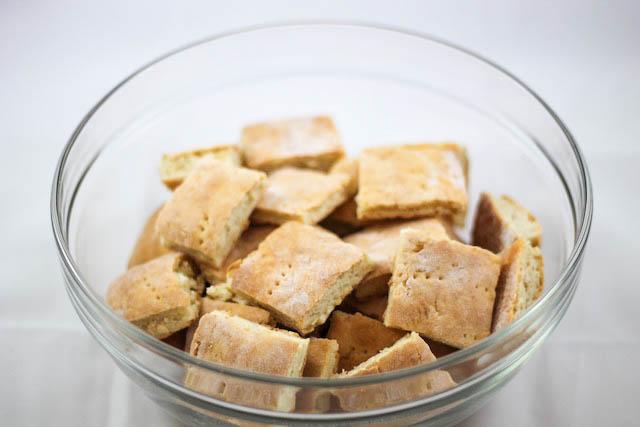 печенье с маком - кусочки коржа