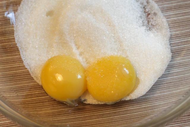 ягодный пирог под кремом Патисьер - яйца и сахар