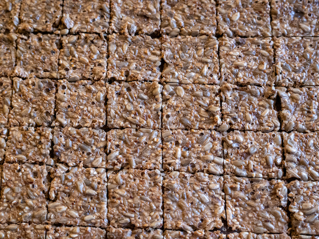 хлебцы из семечек - квадратики