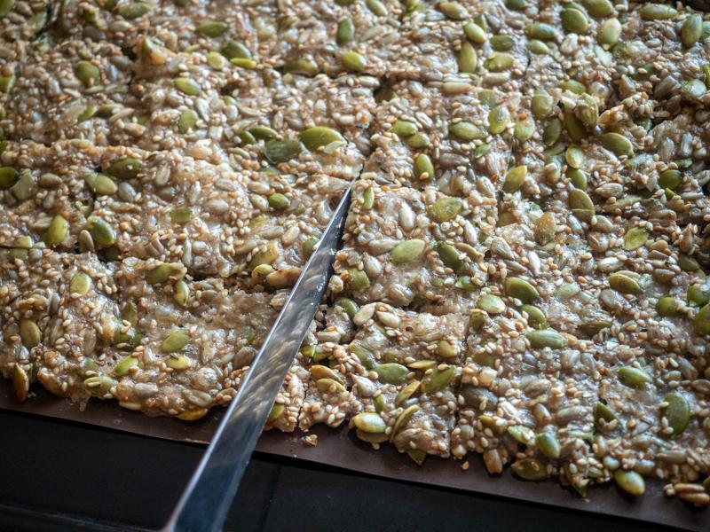 хлебцы из семечек - разрезаем
