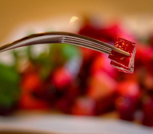 салат из свеклы с яблоком и огурцом - кусочек