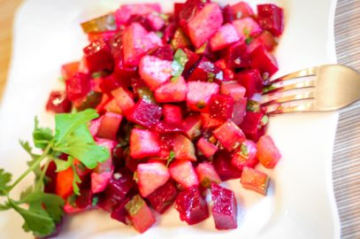 салат из свеклы с яблоком и огурцом - порция с вилкой