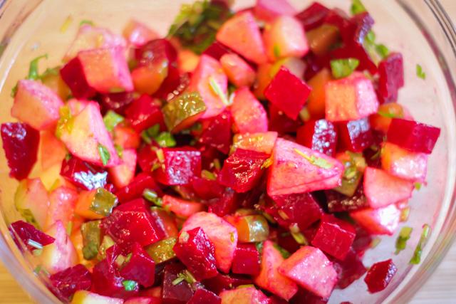салат из свеклы с яблоком и огурцом - с заправкой